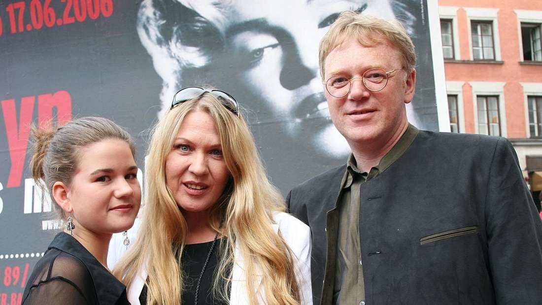 Juliane Werding mit ihrer Tochter Charis und Ehemann Uwe Birnstein stehen vor einer Musical-Premiere