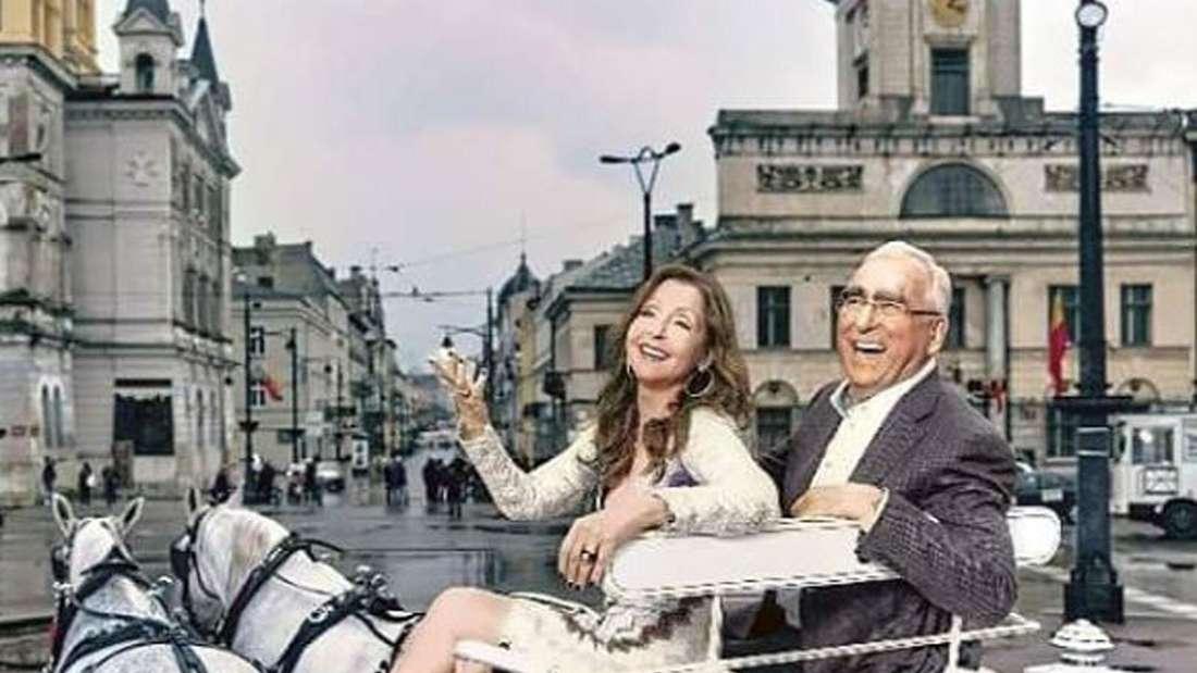 Vicky Leandros mit Theo Waigel in einer Kutsche