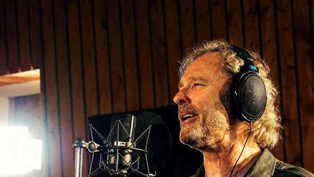 Pete Wolf singt in einem Tonstudio