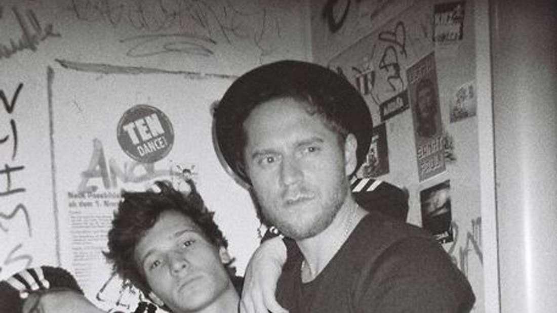 Wincent Weiss mit einem Bier und Musiker Johannes Oerding auf einem S/W Foto