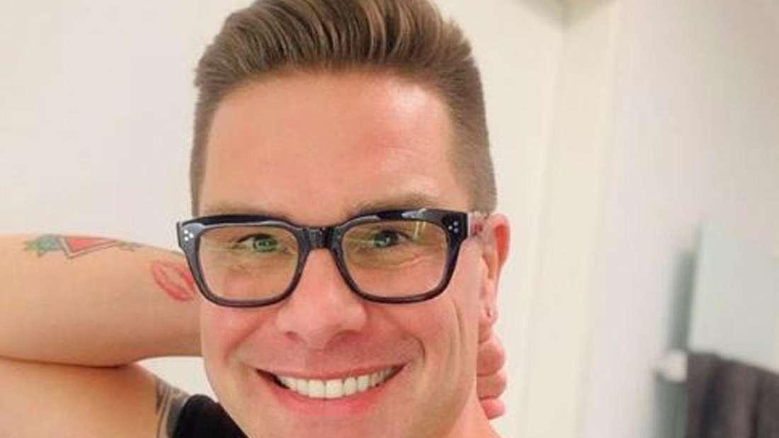 Eloy de Jong macht ein Selfie und lacht in die Kamera