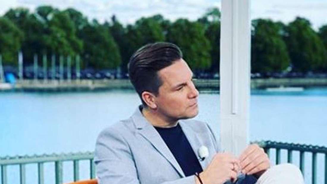 Eloy de Jong sitzt in einem Sessel und wird interviewt