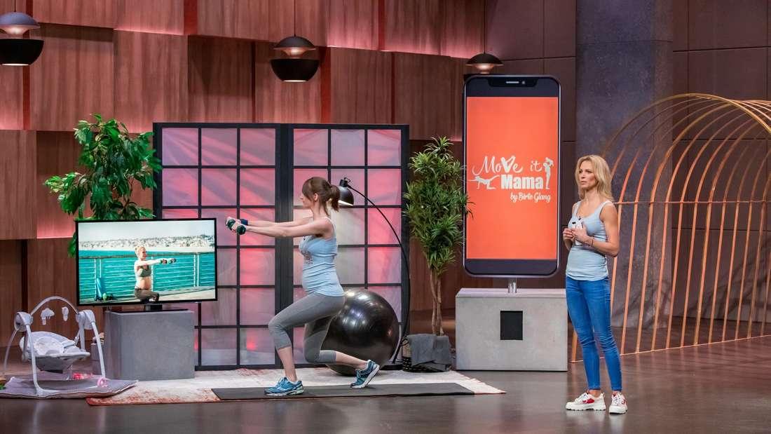 """Die Höhle der Löwen: Birte Glang (rechts) stellt ihr Programm """"Move it Mama"""" vor, links ein Model, das die Übungen macht"""