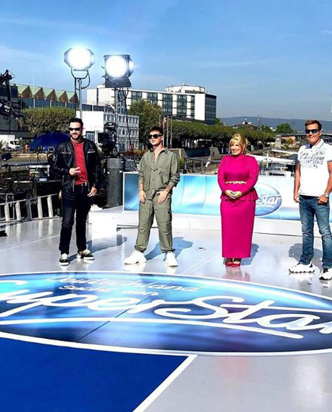 Die vier Jury-Mitglieder stehen an Board eines Schiffes