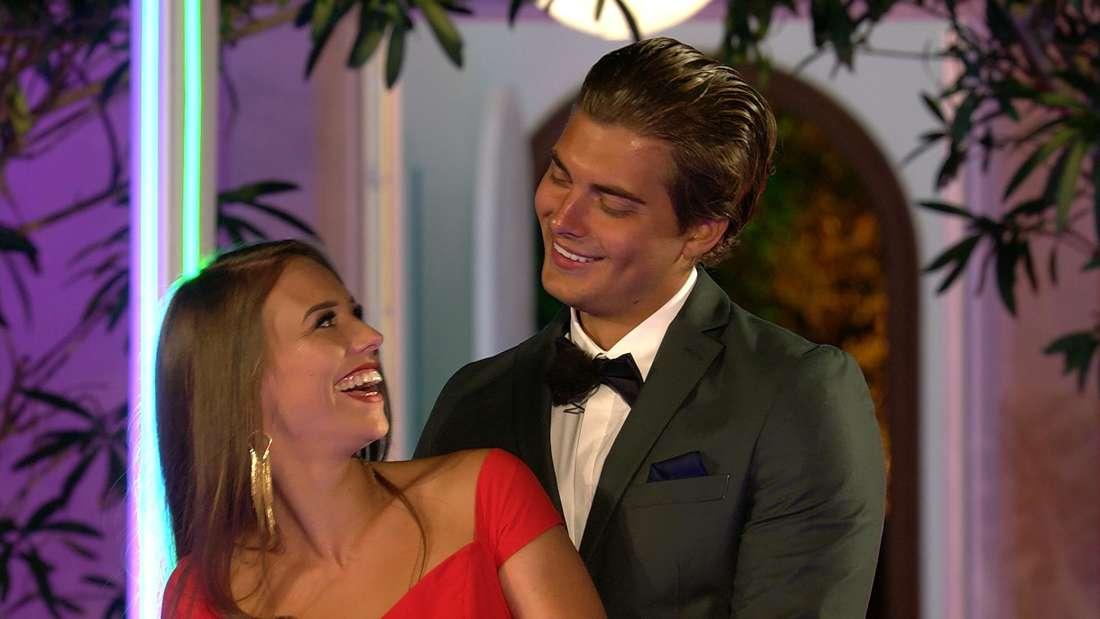 Melina und Tim schauen sich an