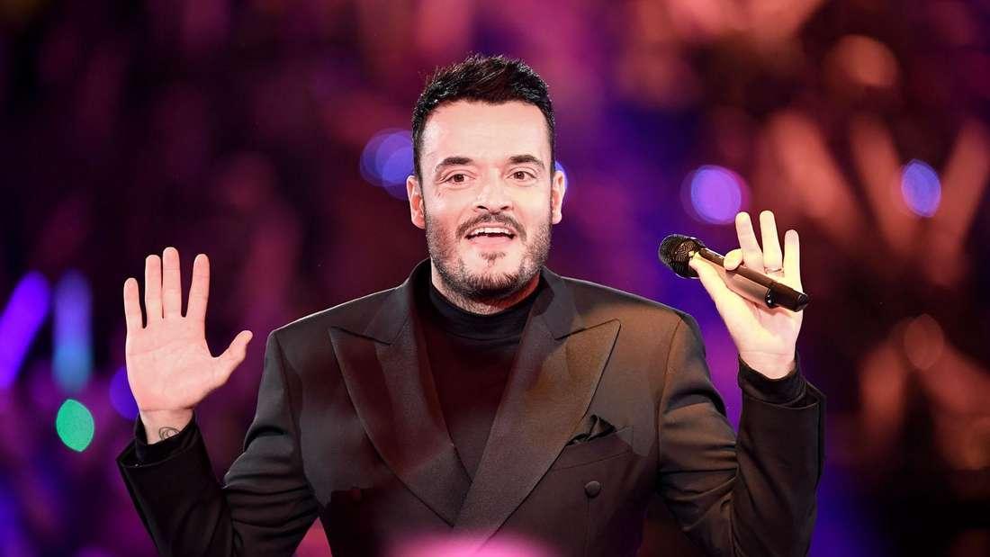 Giovanni Zarrella steht auf der Bühne und hält abwehrend seine Hände hoch