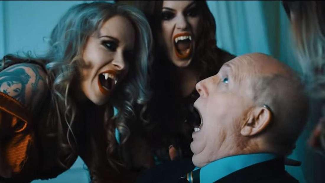 Reiner Calmund wird von Vampirinnen angegriffen und schreit