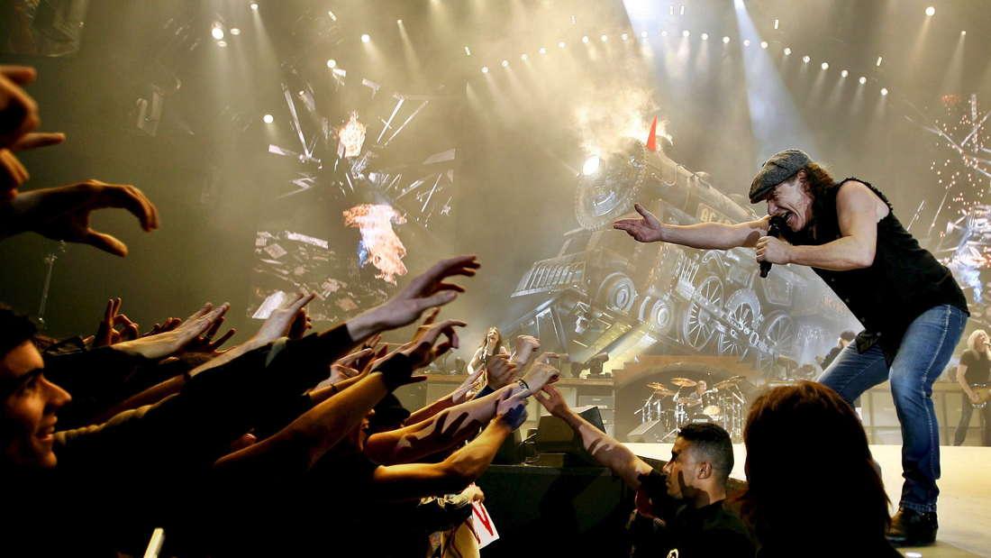 Die Rock-Band AC/DC bei einem Konzert vor Fans
