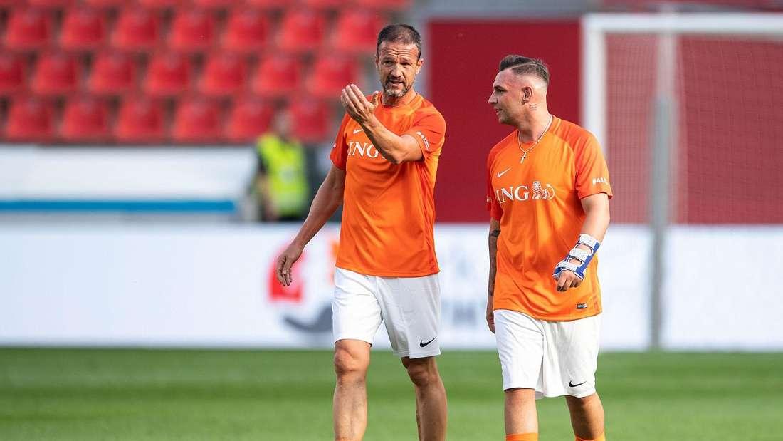Fredi Bobic (l), Sportvorstand der Eintracht Frankfurt, und DSDS-Star Pietro Lombardi unterhalten sich während der Partie.