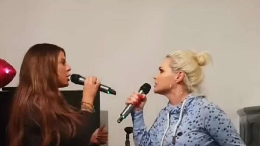 Jenny Frankhauser und Daniela Katzenberger liefern sich ein Duett