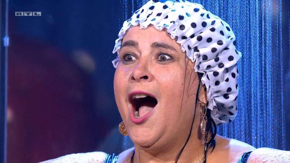Iris Klein singt unter der Dusche Karaoke