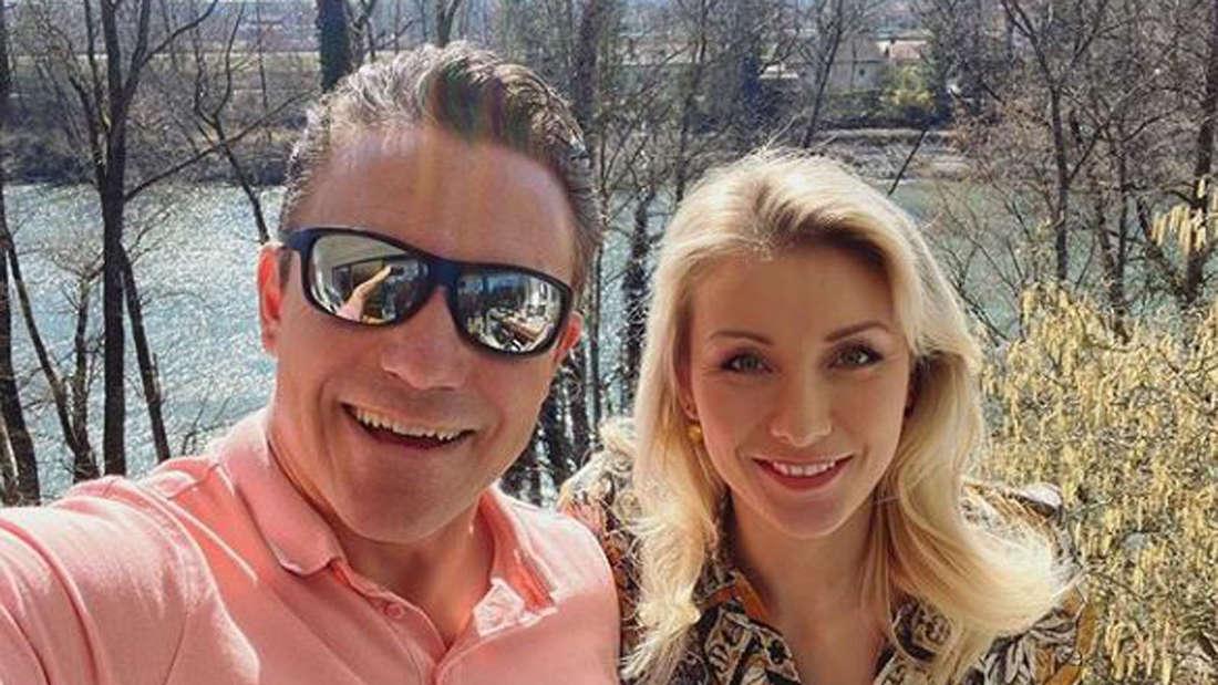 Stefan Mross und Anna-Carina Woitschack machen ein Selfie am See