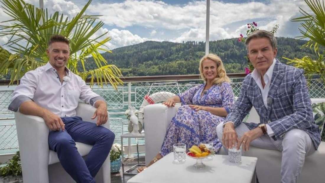 Ramon Roselly sitzt mit Barbara Schöneberger und Alfons Haidler in einer Runde zusammen