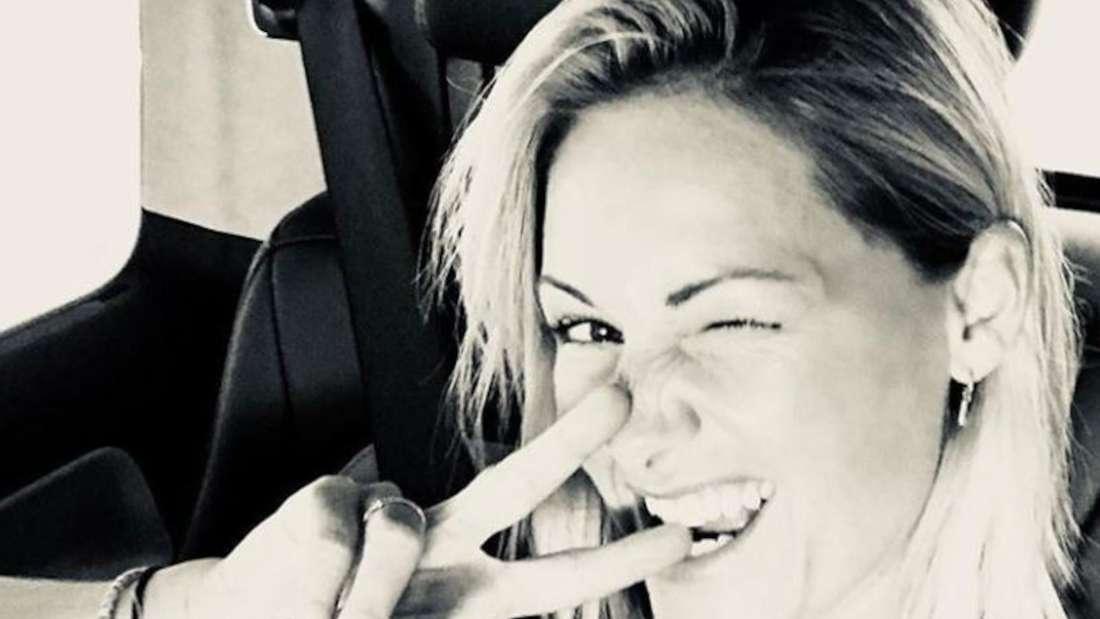 Helene Fischer macht ein Selfie in schwarz weiss und macht ein Peace-Zeichen mit den Fingern