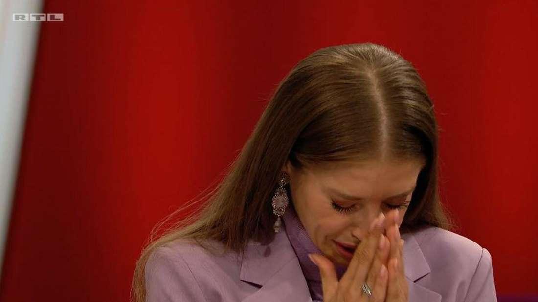 Cathy Hummels neigt den Kopf nach unten und hält weinend ihre Hände vor ihr Gesicht.