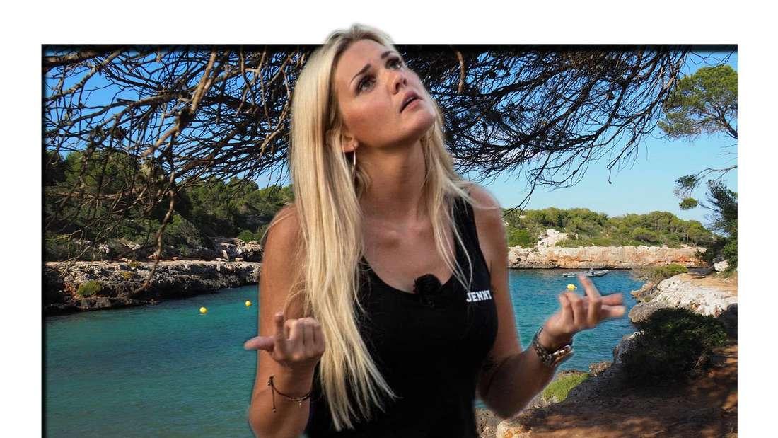 Goodbye Deutschland (Vox): Jenny Matthias hebt fragend ihre Arme und schaut nach oben, im Hintergrund die Bucht von Cala Sa Nau (Fotomontage)