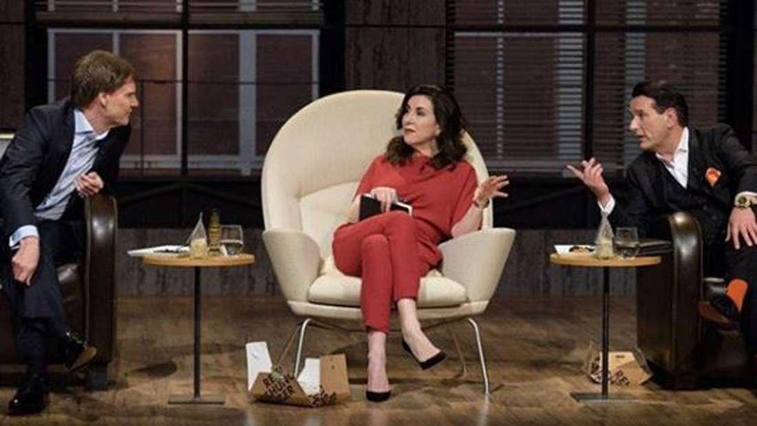 Carsten Maschmeyer und Ralf Dümmel diskutieren in der Gründershow, Judith Williams sitzt zwischen den Diskutierenden.