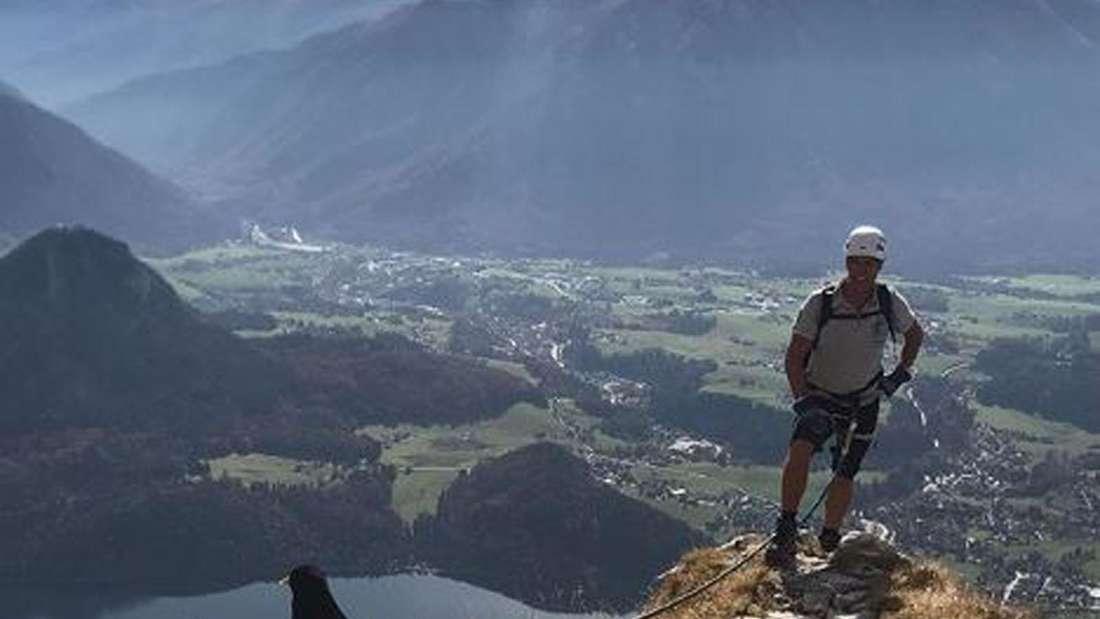 Jürgen Milski beim Bergsteigen, dabei ist der Schlagersänger mit einem Seil gesichert