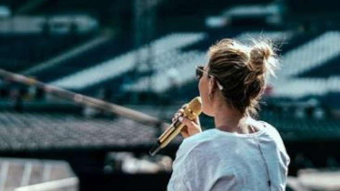 Helene Fischer sitzt allein und probt für ein Konzert