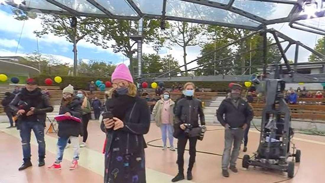 Alle Mitarbeiter hinter der Kamera stehen mit Abstand und Mundschutz, nur ein Mitarbeiter trägt keine Maske