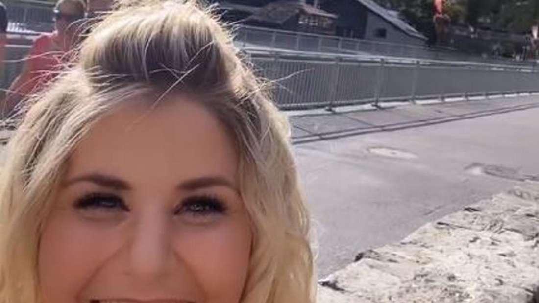 Beatrice Egli lacht in die Kamera, im Hintergrund die Berge