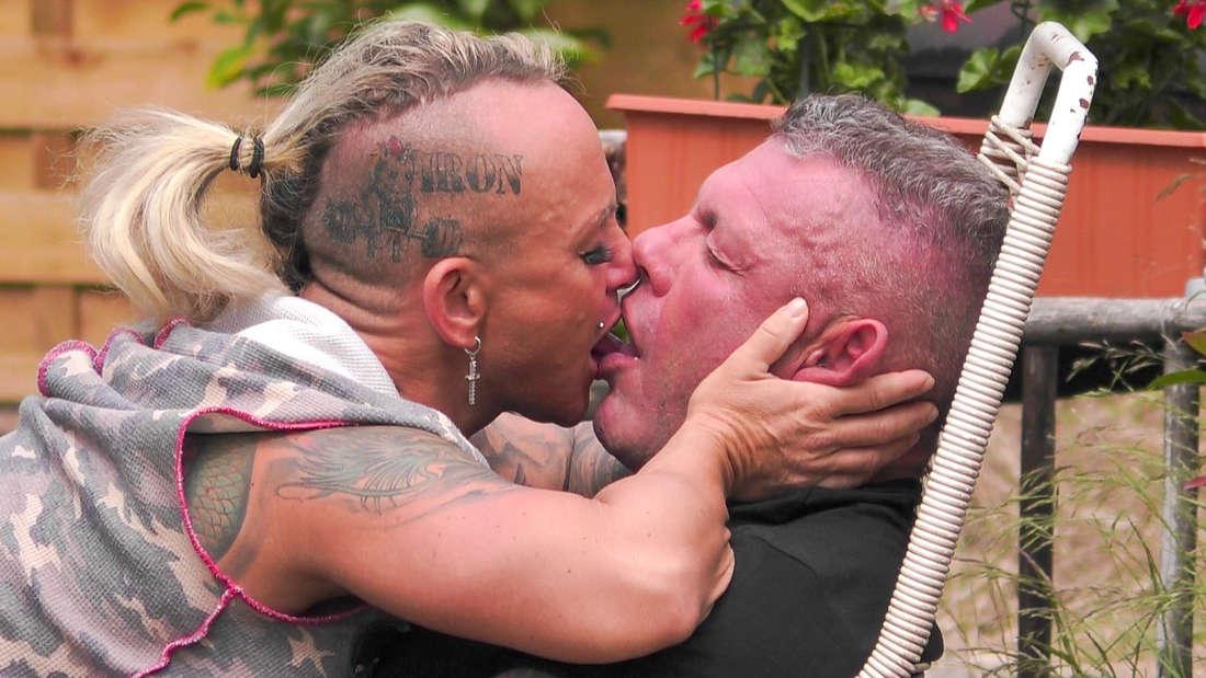 Caro und Andreas Robens küssen sich im Sommerhaus der Stars