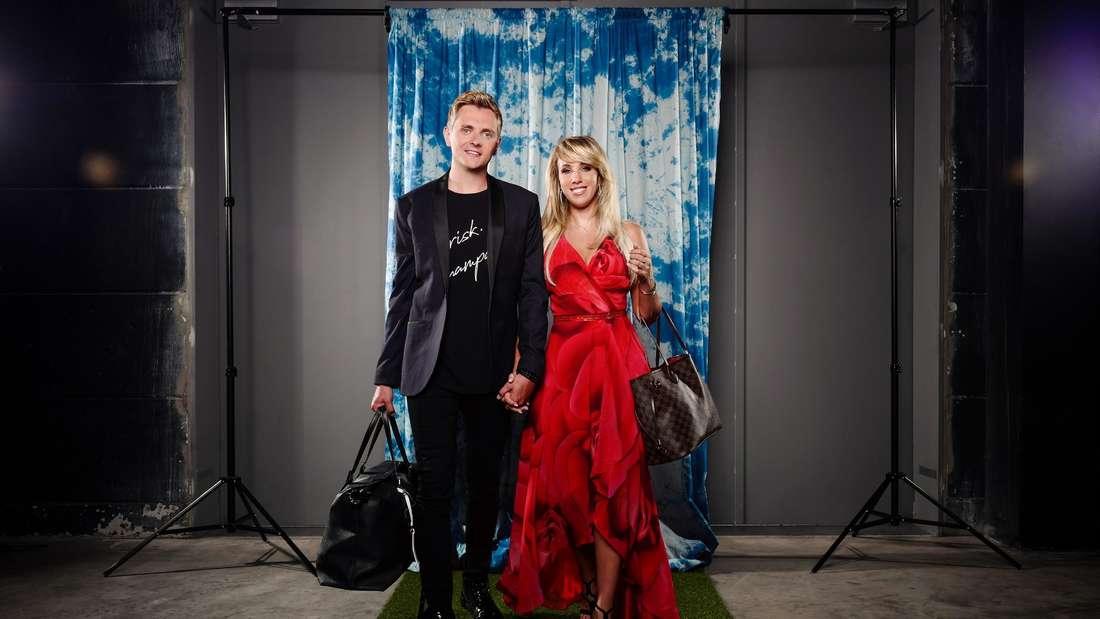 """Annemarie Eilfeld und ihr Tim Sandt posieren für das """"Sommerhaus der Stars""""."""