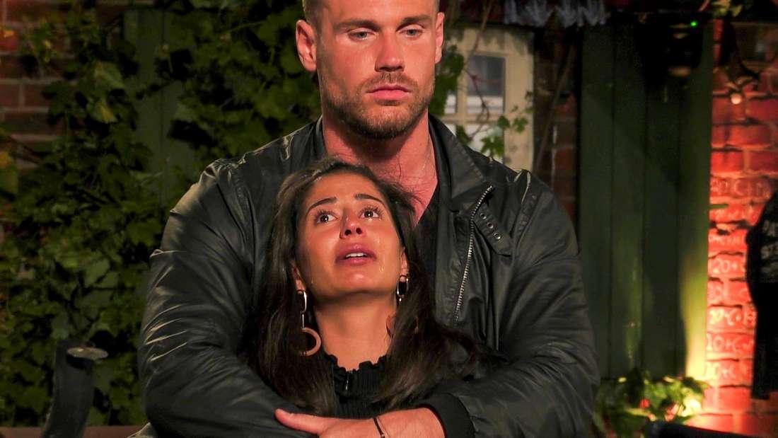 Chris Stenz umarmt die weinenden Eva Benetatou.