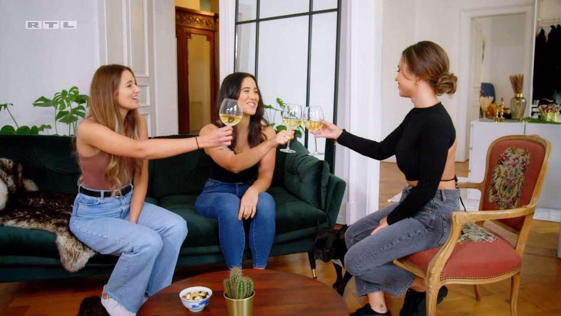 Melissa, Isabel und Laura stoßen mit Sekt an