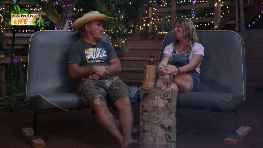 Manu und Konny Reimann sitzen am Lagerfeuer und drehen ein YouTube-Video.