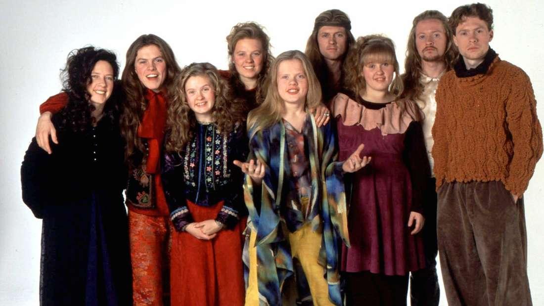 """""""The Kelly Family"""" posiert vor weißem Hintergrund"""