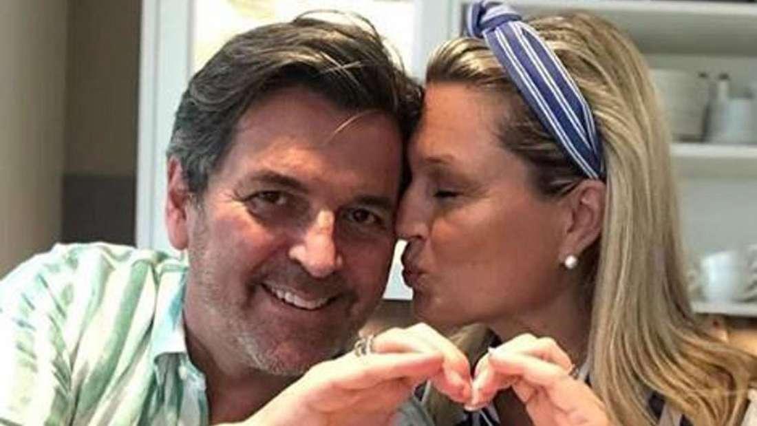 Claudia und Thomas Anders formen ein Herz gemeinsam mit ihren Händen. Claudia gibt Thomas einen Kuss auf die Wange, der schaut in Richtung Kamera