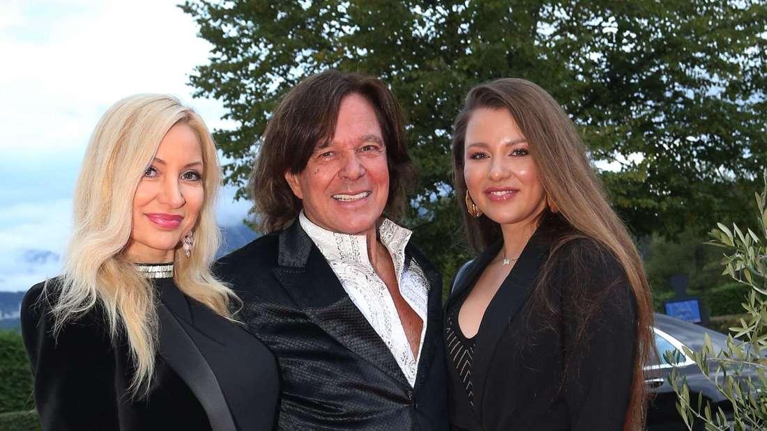Joelina, Ramona und Jürgen Drews posieren gemeinsam auf einem roten Teppich