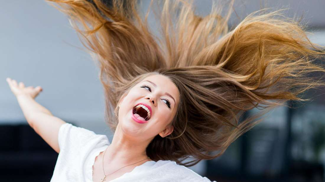 Joelina Drews dreht sich und lacht, dabei fliegen ihre Haare