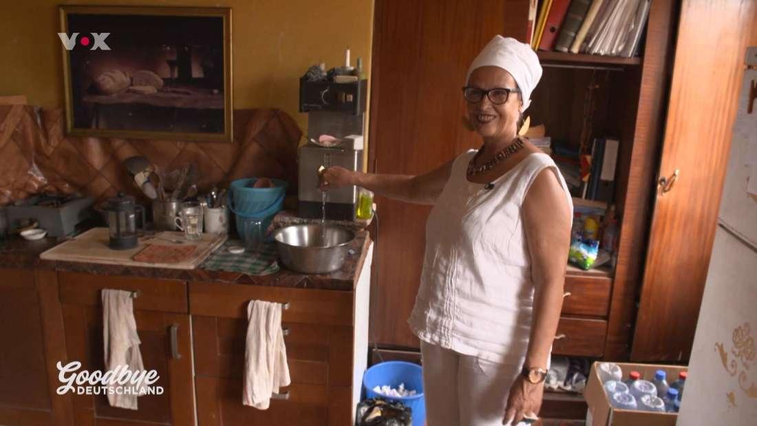 Irina Wehmann steht in ihrem Zimmer in Accra