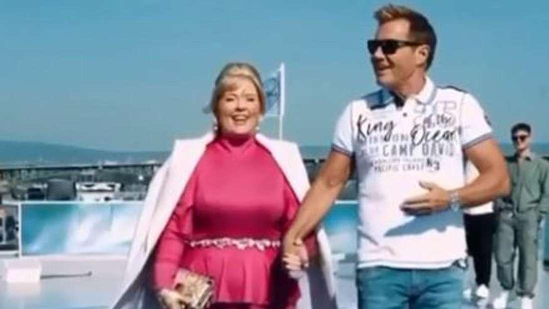 Dieter Bohlen läuft mit Maite Kelly Hand in Hand auf dem DSDS-Schiff