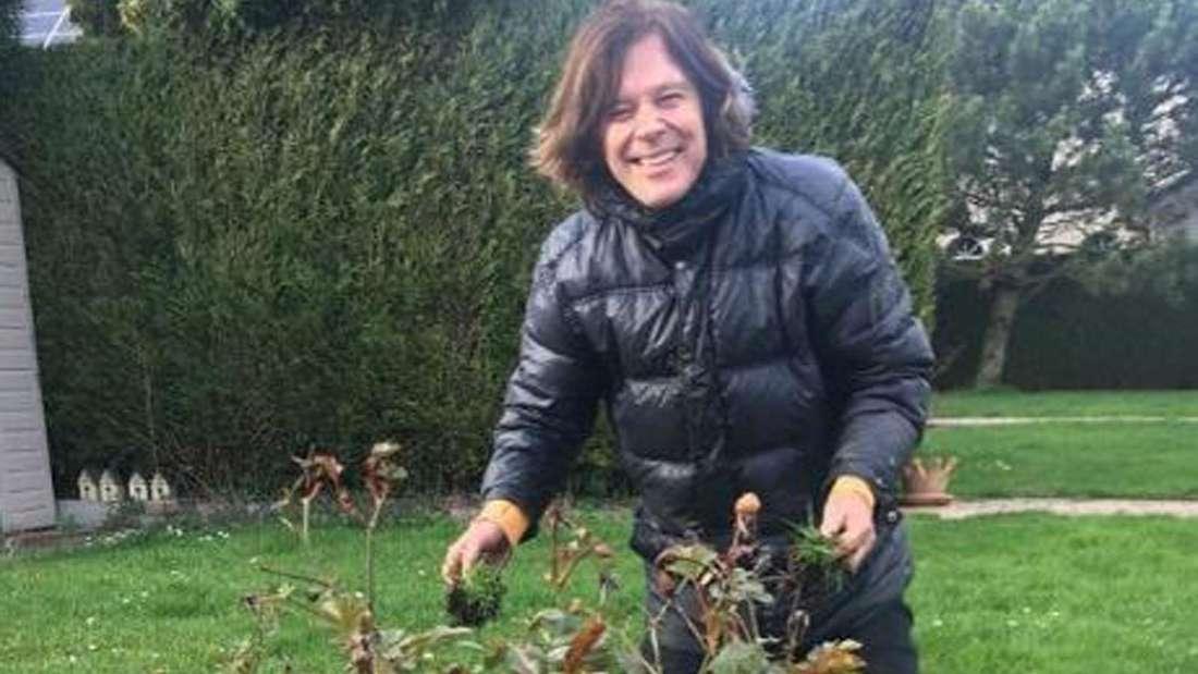 Jürgen Drews bearbeitet seinen Garten im März