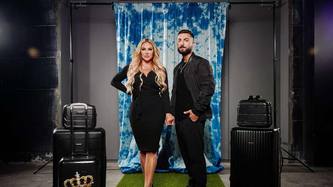 """Lisha und Lou bei einem Fotoshooting von """"Das Sommerhaus der Stars"""" (RTL) vor einem blauen Vorhang."""