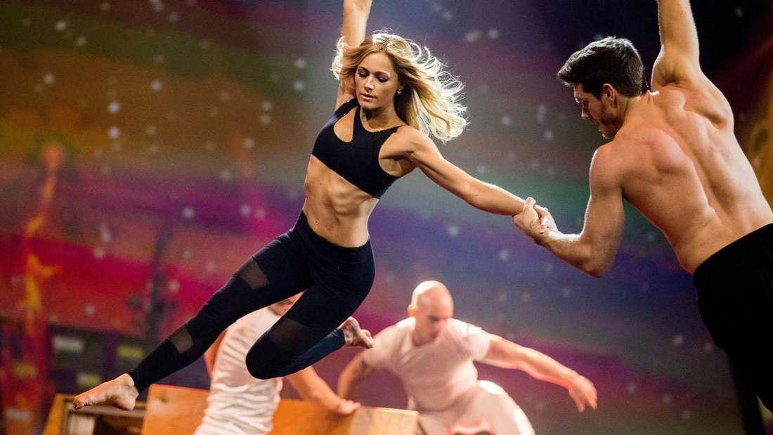 Helene Fischer macht akrobatische Übungen auf der Bühne