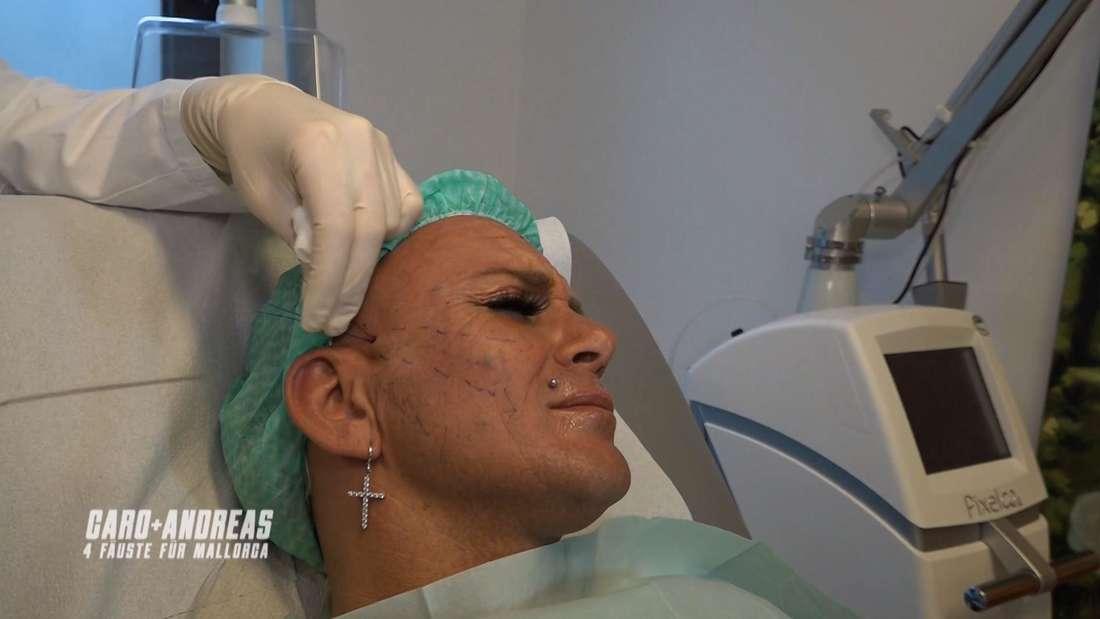 Caro verzieht das Gesicht - Die Ärztin zieht an den Fäden, die aus ihrem Gesicht ragen.