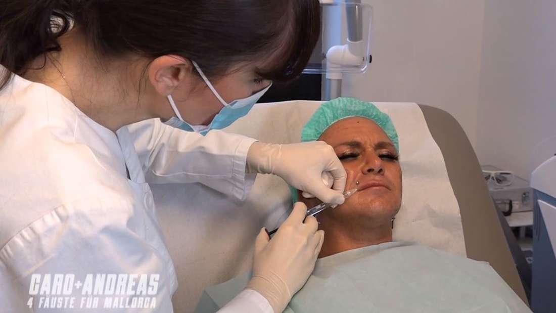 Caro Robens bekommt ihre Lippen mit 2 mg Hyaloron unterspritzt