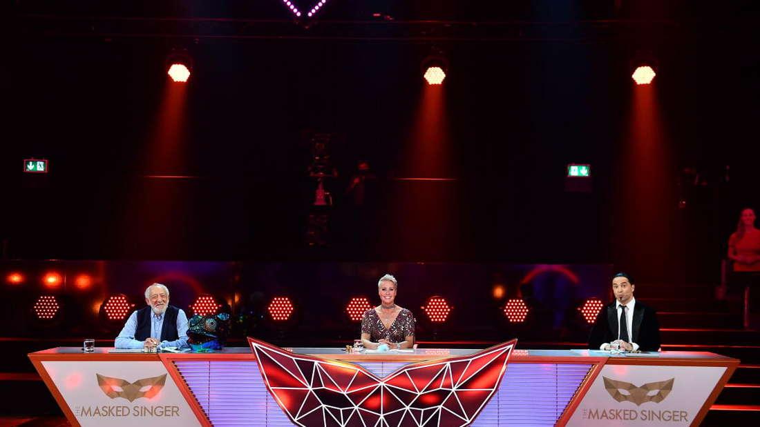 """Didi Hallervorden, Sonja Zietlow und Bülent Ceylan als Rate-Team in der ProSieben-Show """"The Masked Singer""""."""