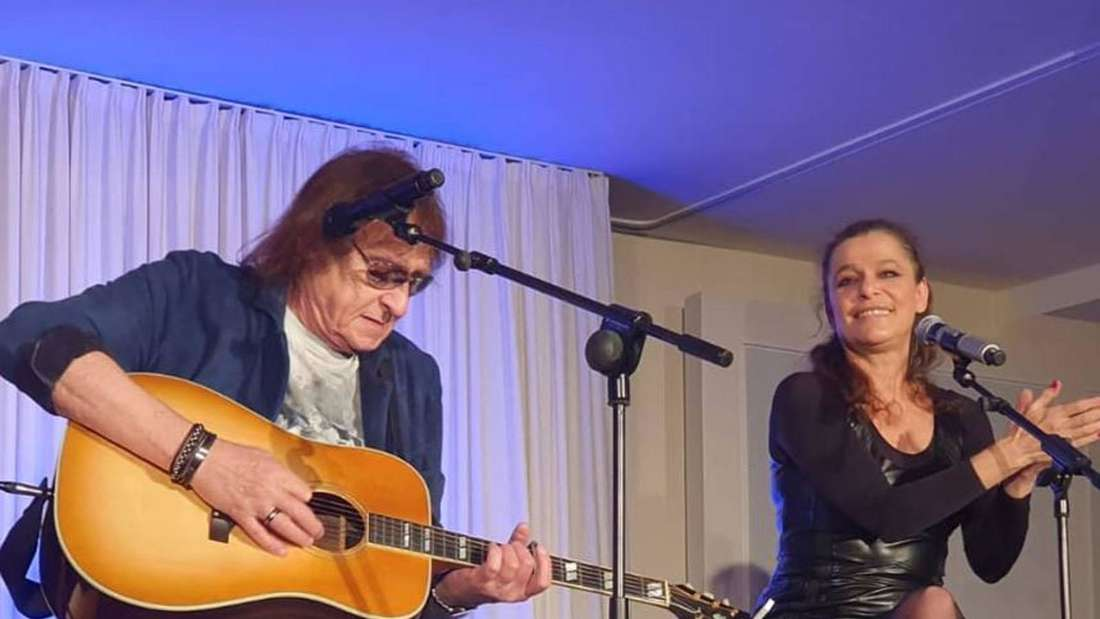Julia Neigel mit einem Gitarristen auf der Bühne