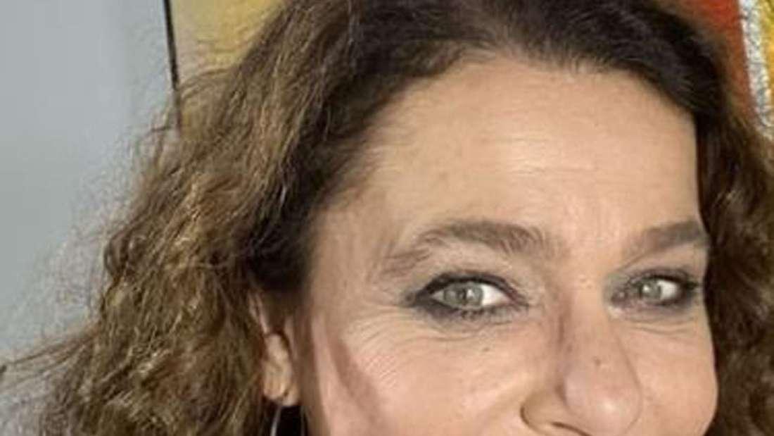 Julia Neigel macht ein Selfie und lächelt in die Kamera