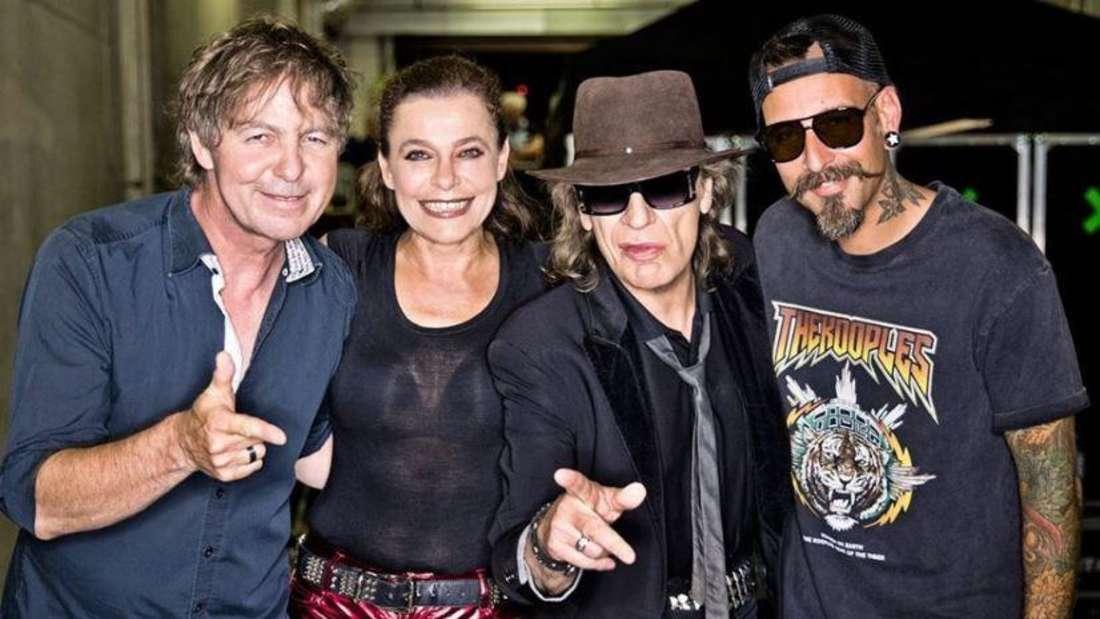 Julia Neigel auf einem Gruppenfoto mit Udo Lindenberg