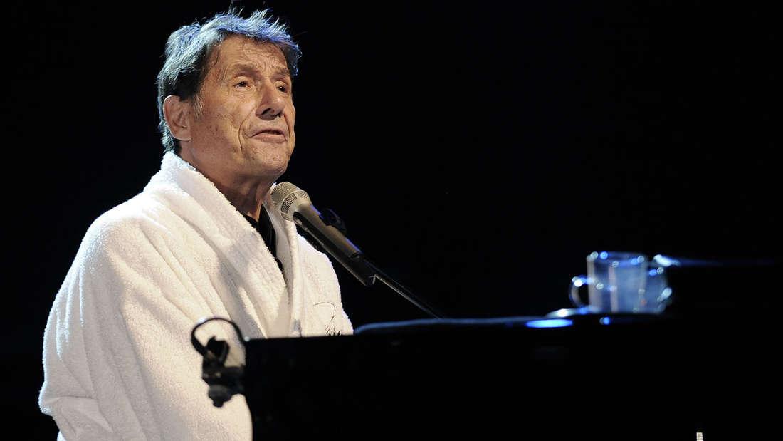 Udo Jürgens sitzt im Bademantel am Klavier