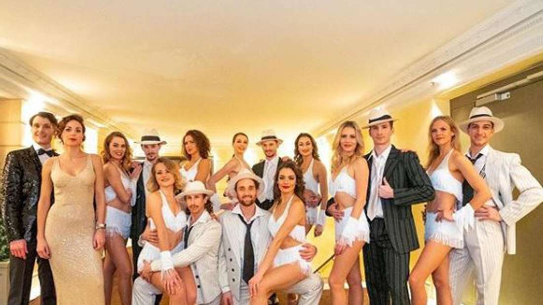 Deutsches Fernsehballett bei einem Gruppenfoto mit vielen Tänzern in Kostümen
