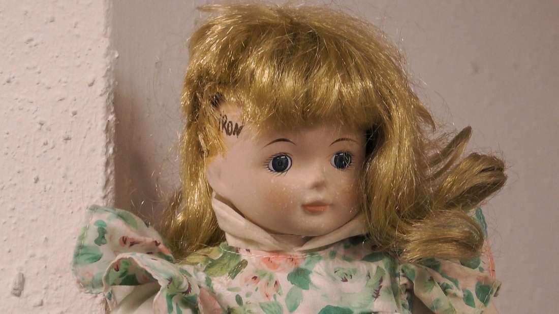 Eine Puppe, welche die YouTuber Lisha und Lou im Sommerhaus verunstalteten