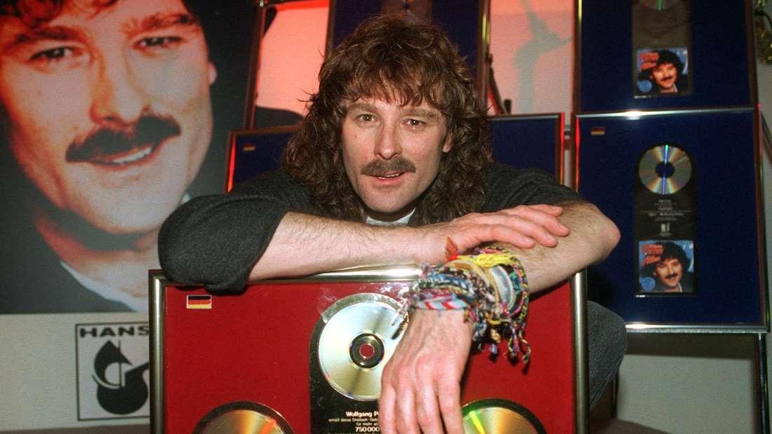 Wolfgang Petry noch mit langen Haaren und seinen goldenen Schallplatten