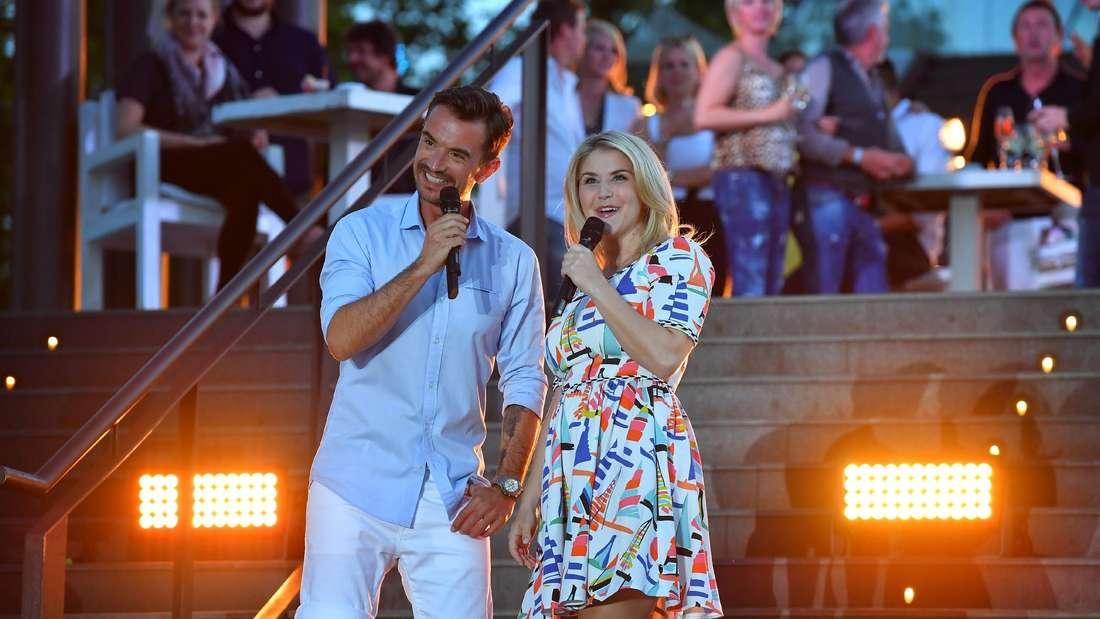 TV-Moderator und Sänger Florian Silbereisen steht neben Schlagersängerin Beatrice Egli bei einer Show in Mallorca